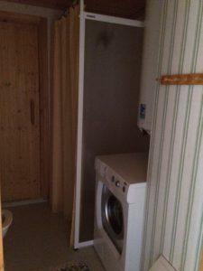 Badrum med bastu och tvättmaskin